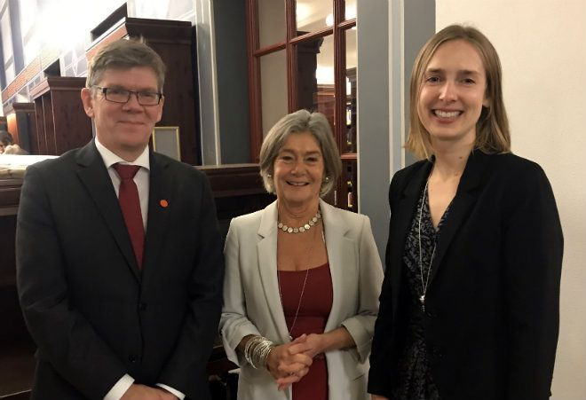 Nora Sveaass, in the middle, received the University of Oslo Human Rights Award for 2018. Here she is in the middle, with Rector Svein Stølen to the left and Minister of Research and Higher Education, Iselin Nybø, on the right.