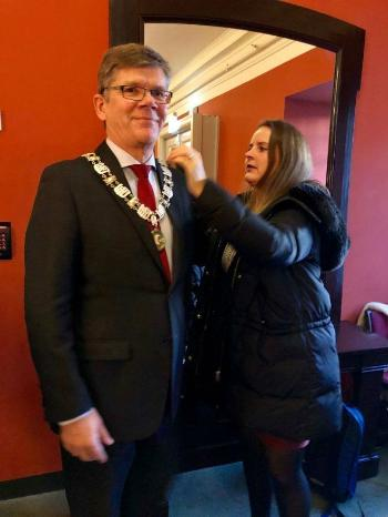 Rector Svein Stølen receives assistance in putting on the chain of office (livery collar) from advisor Scarlett Ihlen Photo: UiO / Marianne Knarud